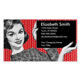 mujer de los años 50 con una muestra tarjetas de visita