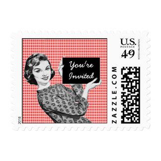mujer de los años 50 con una muestra V2 Sellos