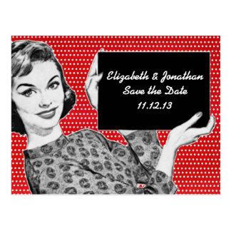 mujer de los años 50 con una reserva de la muestra postales