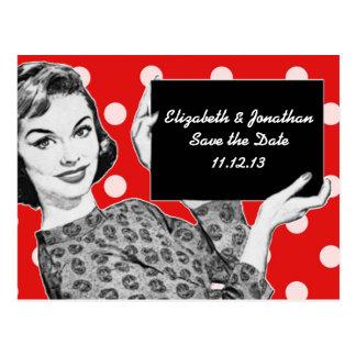mujer de los años 50 con una reserva de la muestra tarjeta postal