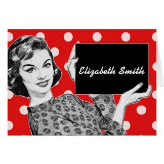 mujer de los años 50 con una tarjeta del lugar de