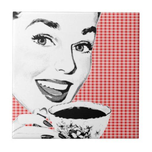 mujer de los años 50 con una taza de té V2 Azulejo