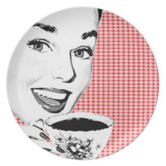 mujer de los años 50 con una taza de té V2 Plato Para Fiesta
