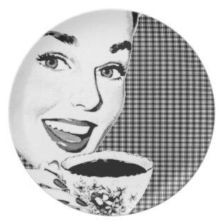 mujer de los años 50 con una taza de té V3 Plato