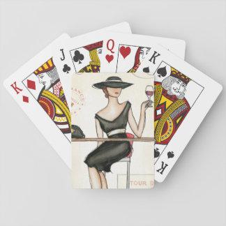 Mujer de moda y copa de vino barajas de cartas