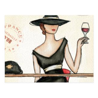 Mujer de moda y copa de vino postal