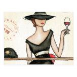 Mujer de moda y copa de vino tarjeta postal