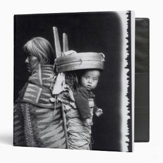 """Mujer de Navajo que lleva un papoose en ella Carpeta 1 1/2"""""""