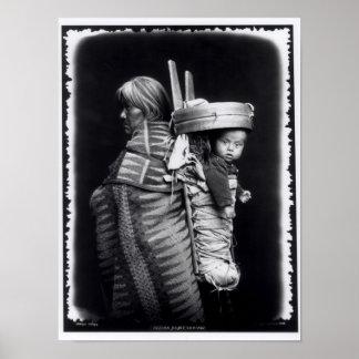 Mujer de Navajo que lleva un papoose en ella detrá Póster