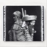 Mujer de Navajo que lleva un papoose en ella detrá Tapetes De Ratones