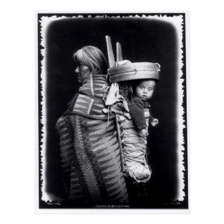 Mujer de Navajo que lleva un papoose en ella Tarjeta Postal