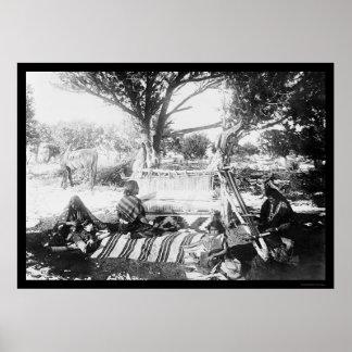 Mujer de Navajo que teje un 1892 combinado Póster
