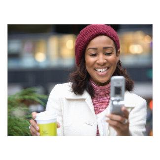 Mujer de negocios sonriente con el teléfono celula flyer personalizado