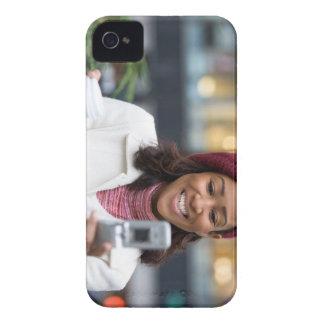 Mujer de negocios sonriente con el teléfono Case-Mate iPhone 4 protectores
