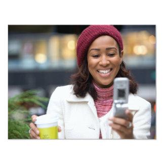"""Mujer de negocios sonriente con el teléfono invitación 4.25"""" x 5.5"""""""