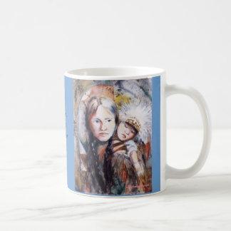 Mujer de PMACarlson con una taza de la fiesta de b
