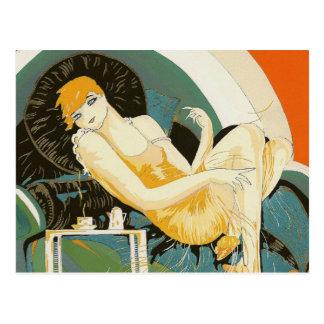 Mujer del art déco del vintage que descansa en el postal