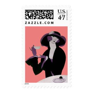 Mujer del art déco del vintage, té de tarde y sello postal