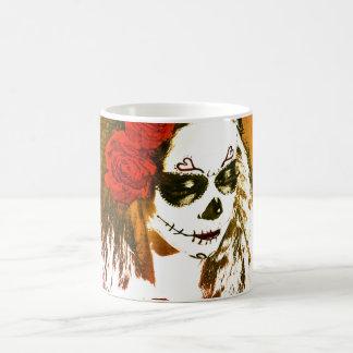 Mujer del cráneo del azúcar con arte de los rosas taza básica blanca