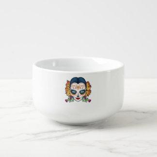 Mujer del cráneo del azúcar con las flores bol para sopa