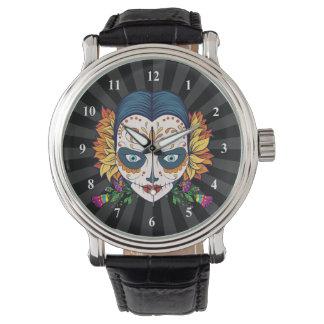 Mujer del cráneo del azúcar con las flores relojes de pulsera
