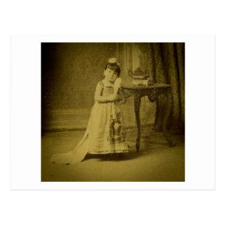 Mujer del monstruo del circo del vintage postal