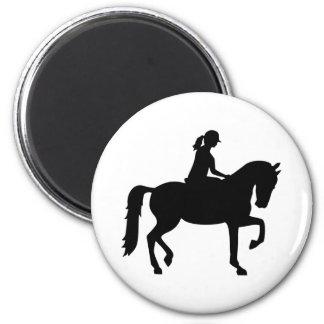 Mujer del montar a caballo imán redondo 5 cm