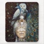 mujer del nativo americano con el búho y el pavo r alfombrillas de raton