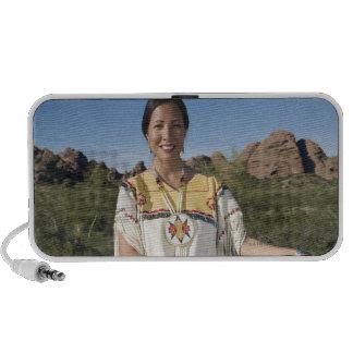 Mujer del nativo americano en ropa tradicional altavoces de viajar