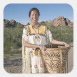 Mujer del nativo americano en ropa tradicional colcomanias cuadradas personalizadas