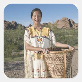 Mujer del nativo americano en ropa tradicional pegatina cuadrada