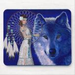 Mujer del nativo americano y diseño azul del lobo tapete de ratón