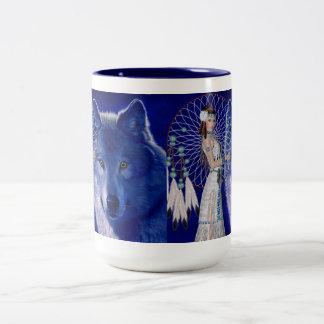 Mujer del nativo americano y diseño azul del lobo taza dos tonos
