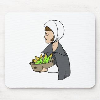 Mujer del peregrino con maíz tapete de ratón