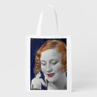 mujer del redhead de los años 30 y su marido bolsas de la compra