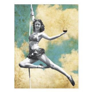 Mujer del trapecio del vintage con el vino postales