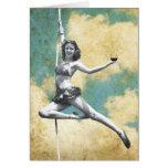 Mujer del trapecio del vintage con el vino felicitación