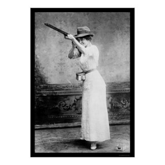Mujer del Trapshooting con la escopeta 1914 Posters