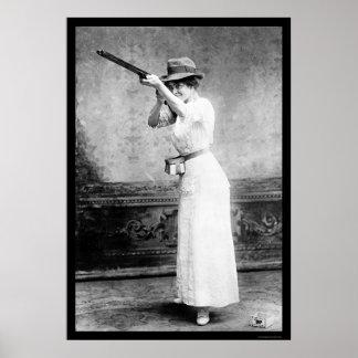 Mujer del Trapshooting con la escopeta 1914 Póster
