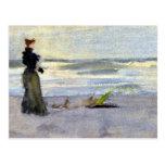 Mujer del Victorian al lado del agua Postal