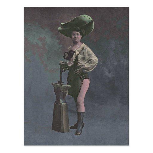 Mujer del Victorian con el yunque que muestra las  Postal