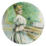 Mujer del Victorian que juega el piano Plato