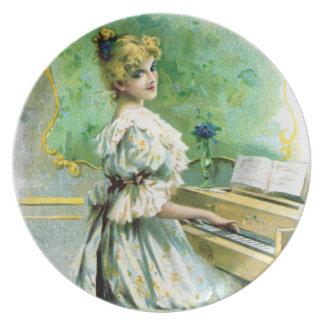 Mujer del Victorian que juega el piano Plato De Cena