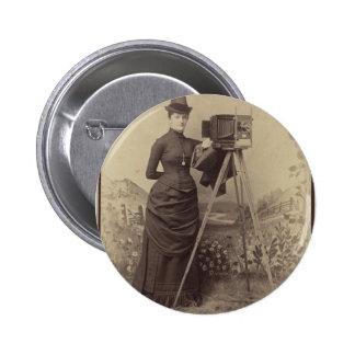 Mujer del Victorian que toma una foto Pin Redondo De 2 Pulgadas