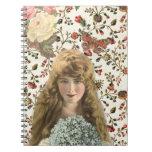 Mujer del vintage con el estampado de flores del c libro de apuntes