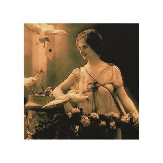 Mujer del vintage con la lona de madera de las pal cuadros de madera