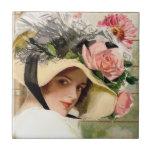 Mujer del vintage con las flores azulejo