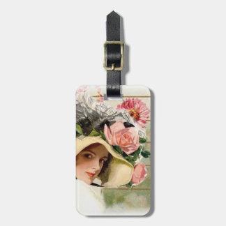 Mujer del vintage con las flores etiquetas maletas