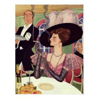 Mujer del vintage que bebe el cigarrillo que fuma postal