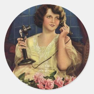 Mujer del vintage que habla en las flores subiós etiqueta redonda